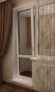 Пластиковая балконная дверь с откидным режимом проветривания