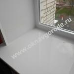 Пластиковое окно и ПРЕМИУМ ударостойкий и жаропрочный подоконник на кухне