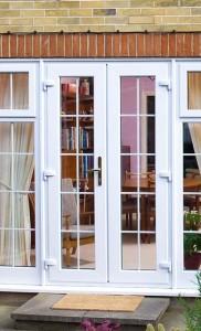 Французская пластиковая дверь в белом цвете с раскладкой