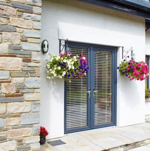 Входная дверь полностью стеклянная в сером цвете