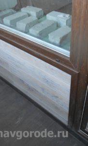 Отделка балкона. Установка двери и обналичка в цвет рам